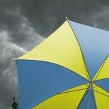 предпосылка заволакивает парасоль Стоковые Изображения