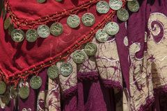 Предпосылка задрапированных цыганских шалей с декоративным краем монетки и шарика и отличительным соткет для каждой части - красн стоковая фотография