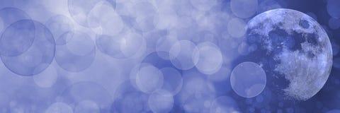 Предпосылка запачканная панорамой голубая с луной стоковое изображение