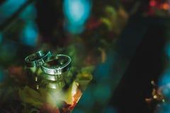 Предпосылка запачканная серебряного обручального кольца на таблице в темном цвете Стоковые Фотографии RF
