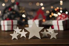 Предпосылка, звезды и орнамент рождества на старом деревянном столе стоковая фотография rf