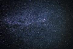 Предпосылка звёздного фиолетового ночного неба с млечным путем стоковые изображения rf