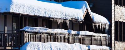 Предпосылка зимы или весны с яркими сосульками в солнечном свете Стоковые Изображения