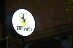 Предпосылка знака автомобиля Феррари вечером стоковые изображения