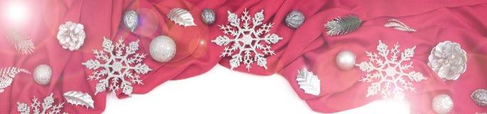 Предпосылка знамени декоративная праздничная красного цвета задрапировывает серебряные снежинки Стоковое Фото