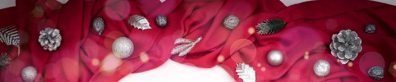 Предпосылка знамени декоративная праздничная красного цвета задрапировывает серебряные снежинки Стоковая Фотография