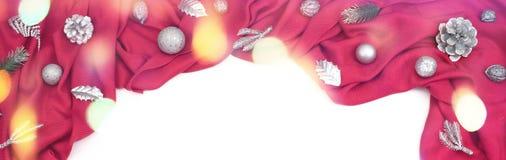 Предпосылка знамени декоративная праздничная красного цвета задрапировывает серебряные снежинки Стоковые Изображения