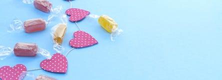 Предпосылка знамени праздничная с яркими гирляндами Confetti конфеты Стоковые Фотографии RF