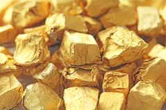 предпосылка золотистая Слитки или наггеты червонного золота Листовое золото te Стоковое Фото
