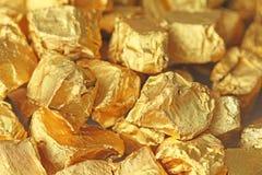 предпосылка золотистая Слитки или наггеты червонного золота Листовое золото te Стоковое фото RF