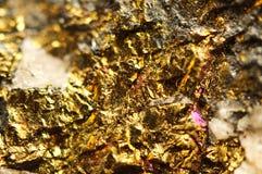 предпосылка золотистая Фото макроса драгоценного камня Стоковые Изображения