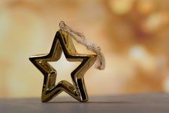 Предпосылка золотого яркого блеска конспекта праздника defocused стоковая фотография rf
