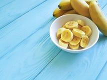 Предпосылка зрелого образа жизни части плиты банана аппетитного yummy голубая деревянная Стоковые Фото
