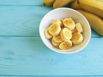 Предпосылка зрелого образа жизни части плиты банана сезонного аппетитного yummy голубая деревянная Стоковые Фото