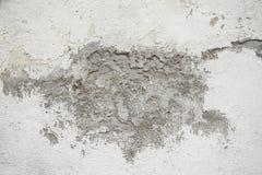 Предпосылка и текстура грубой и сломали стену белого цемента стоковые изображения