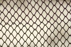 Предпосылка и текстура для конструкции Абстрактная текстура загородки звена цепи против grungy серой стены цвета Стоковое Изображение
