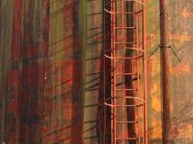 Предпосылка и текстура ржавчины Лестница техники безопасности на производстве на старой стене металла совершенно ржавой Стоковые Изображения RF
