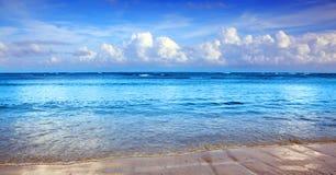 Предпосылка карибского моря и голубого неба предпосылка больше моего перемещения портфолио стоковое изображение rf