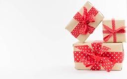 предпосылка кладет белизну в коробку подарка стоковая фотография