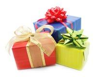предпосылка кладет белизну в коробку подарка Стоковые Фотографии RF