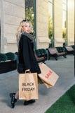 предпосылка кладет белокурых изолированных ходя по магазинам детенышей в мешки белой женщины Стоковое Фото