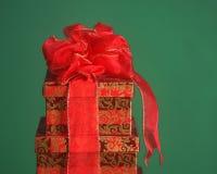 предпосылка кладет зеленый цвет в коробку подарка рождества Стоковое Изображение