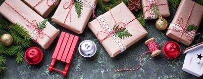 предпосылка кладет подарок в коробку рождества Стоковые Фотографии RF