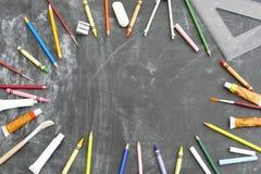 Предпосылка классн классного обрамленная покрашенными карандашами и  стоковые фотографии rf