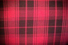 Предпосылка кожаной текстуры софы безшовная, красное драпирование софы с черными нашивками Стоковая Фотография