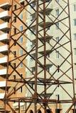 Предпосылка конспекта вертикальная промышленная здания кирпича многоэтажного под конструкцией за близкой поднимающей вверх башней стоковая фотография rf