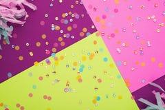 Предпосылка конспекта геометрическая праздничная с sequins Пурпурный, пинк и желтый цвет 2019 тенденции стоковая фотография rf