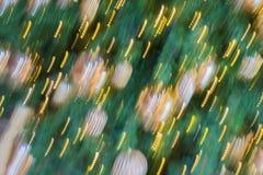 Предпосылка конспекта праздника рождества очень запачканная Запачканные орнаменты на дереве, золотые света шариков рождества селе Стоковая Фотография RF