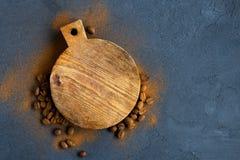 Предпосылка кофе с деревянной доской стоковые изображения