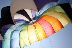 предпосылка красит парашют стоковая фотография