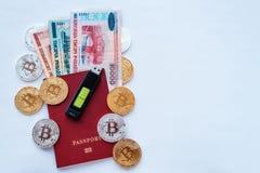 Предпосылка красного пасспорта белая, белорусские рубли с картой памяти, цифровым bitcoin валюты, золотыми монетками, холодным бу Стоковые Изображения