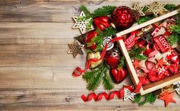 Предпосылка красных золотых орнаментов украшений рождества деревянная Стоковое Изображение RF