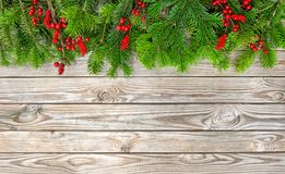 Предпосылка красных ягод украшения ветвей рождественской елки деревянная Стоковые Изображения RF