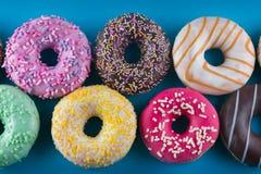 Предпосылка красочных вкусных donuts конец вверх Стоковые Изображения RF
