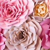 Предпосылка красочных цветков бумажная Розы красных, розовых, фиолетовых, коричневых, желтых и персика handmade бумаги Стоковое Фото