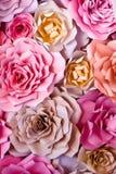 Предпосылка красочных цветков бумажная Розы красных, розовых, фиолетовых, коричневых, желтых и персика handmade бумаги Стоковая Фотография RF