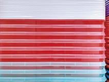 Предпосылка красочных штабелированных пластичных подносов Стоковые Изображения