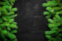 Предпосылка Кристмас и Новый Год Ветвь рождественской елки на черной предпосылке Конусы и игрушки мех-дерева над взглядом Стоковая Фотография RF