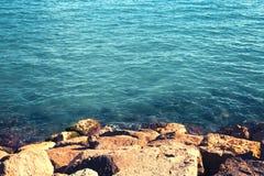 Предпосылка ландшафта моря, вода и утес, пустой космос экземпляра Стоковые Фотографии RF