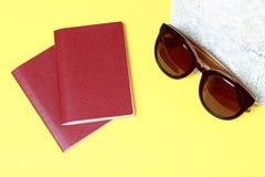 Предпосылка лета, аксессуары пляжа и паспорта взгляд сверху, концепция перемещения стоковые изображения rf