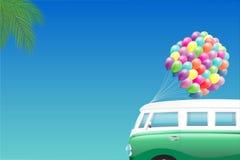 Предпосылка лета - зеленый мини фургон ладонь и пук красочных воздушных шаров Стоковые Фотографии RF