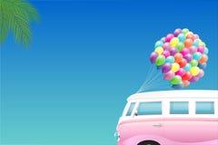 Предпосылка лета - розовый ретро фургон с пуком красочных воздушных шаров Стоковое Изображение RF