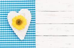Предпосылка ливня ребёнка с сердцем, цветением и голубой границей ткани на белой древесине стоковые изображения rf