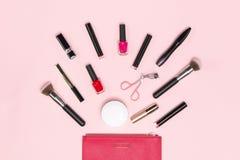 Предпосылка макияжа или выражения лица Женские сумка и различные составляют аксессуары, щетки, губную помаду, и карандаши стоковые изображения rf