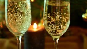 предпосылка миражирует год игрушек темного вечера новый s состава рождества Шампань в стеклах Свечи и рождественская елка видеоматериал