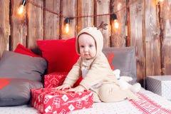 предпосылка миражирует год игрушек темного вечера новый s состава рождества Усаживание маленькой девочки и развертывает подарки к Стоковые Фото